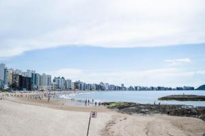 Apê LUXO 25m do mar Wifi Netflix AR nos quartos, Apartments  Guarapari - big - 14