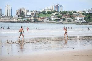 Apê LUXO 25m do mar Wifi Netflix AR nos quartos, Apartments  Guarapari - big - 29