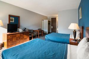 Queen Room with Two Queen Beds and Pool View - Non-Smoking