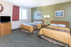Deluxe Queen Suite with Three Queen Beds - Non-Smoking