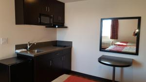 Deluxe 2 Full Bed Suite w / Kitchenette and Bathtub - Non Smoking