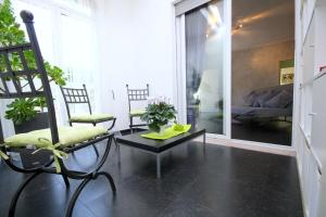 2 Bedroom Apartment with Garden - abcRoma.com