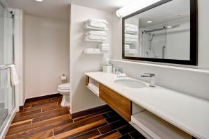 King Room with Roll In Shower - Mobility and Hearing Accessible/Non-Smoking