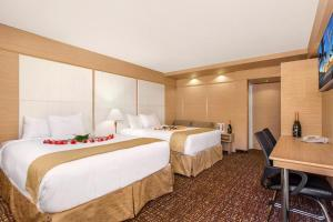Deluxe Room with Two Beds with Kitchenette