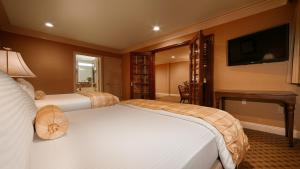 Queen Suite with Two Queen Beds and Jacuzzi - Non-Smoking