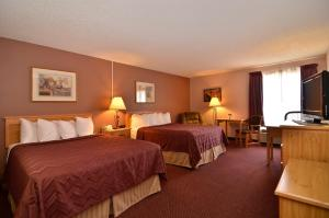 Queen Room with Two Queen Beds and Walk-in Shower - Disability Access
