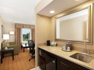 Queen Room with Two Queen Beds - Mobility/Hearing Accessible with Tub - Non-Smoking