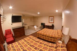 Deluxe Queen Room with Two Queen Beds and Spa Bath