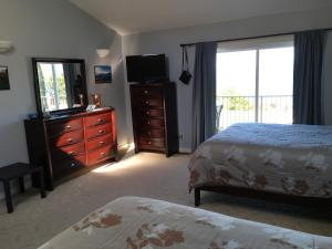 Queen Suite with Two Queen Beds and Lake View