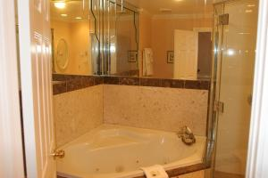 Niagara Classic Annex Upper Level King Suite With Fireplace and Jacuzzi