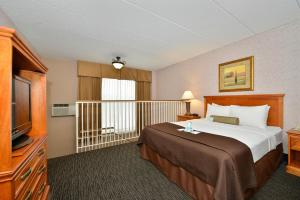 Queen Suite with Three Queen Beds - Non-Smoking