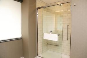 King Room with Roll In Shower - Mobility Access