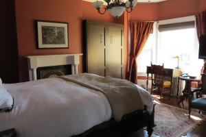 2 beds with private bathroom