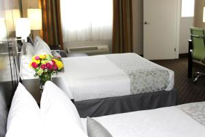 Queen Room with Two Queen Beds with Bath Tub - Disability Access