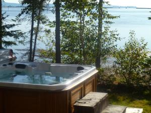 Chalet with Hot Tub (6 Adults) - Le Mikmak
