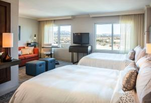 King or Queen Suite with Mountain View