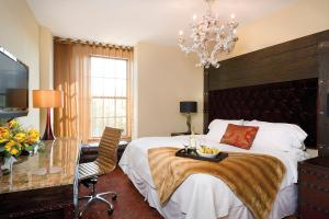 King or 2 Queen Beds with Historic View