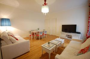 Large Apartment in Champs Elysées area., Апартаменты  Париж - big - 4