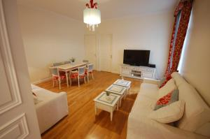 Large Apartment in Champs Elysées area., Апартаменты  Париж - big - 5