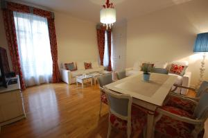 Large Apartment in Champs Elysées area., Апартаменты  Париж - big - 2
