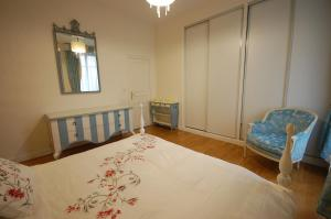 Large Apartment in Champs Elysées area., Апартаменты  Париж - big - 23