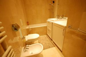 Large Apartment in Champs Elysées area., Апартаменты  Париж - big - 16
