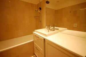 Large Apartment in Champs Elysées area., Апартаменты  Париж - big - 14