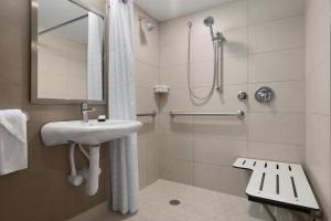 King Suite - Hearing Accessible Roll in Shower Non - Smoking