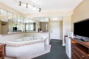 Queen Room with Spa Bath - Smoking