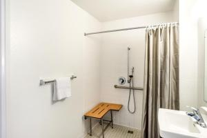 Standard Queen Room - Disability Access with Roll In Shower