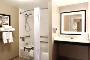 King Room Mobility/Hearing Accessible with Tub - Non-Smoking