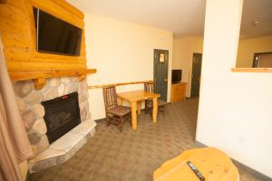 Lone Wolf Fireplace Suite