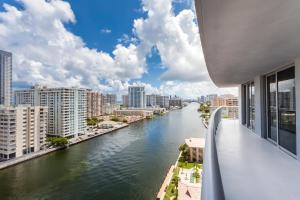 Luxurious Three Bedroom Apartment with Front Intracoastal Waterway View