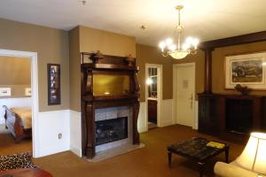 King Suite with Balcony - Maclellan House