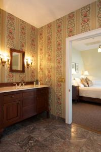 Queen Room with Spa Tub - Gentry - Maclellan House