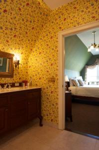 Queen Room with Spa Tub - Maclellan House