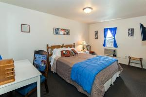 Silver Screen Cowboy Room with One Queen Bed, Shower