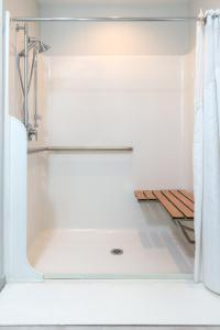 Queen Suite with Disability Access and Bathtub - Non Smoking