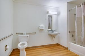 Standard Queen Room with Roll-In Shower - Disability Access
