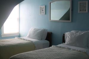 Twin Room with Two Twins Beds with Shared Bathroom - Room 17