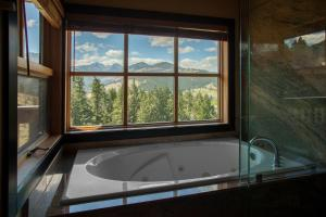 Mt Robinson King Room with Jetted Tub
