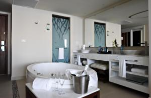 Luxury Suite Ocean View With Terrace Jacuzzi Diamond Club
