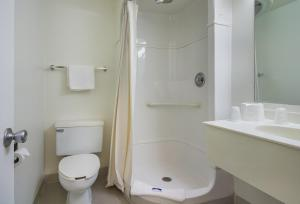 Queen Room with Roll-In Shower - Disability Access