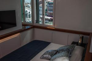 Deluxe One-Bedroom Apartment with View - no smoking