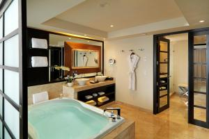 Royal Service One Bedroom Suite Swim up
