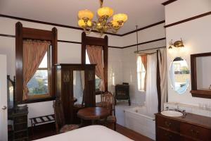 Executive King Room - Tower with Partial Ocean View