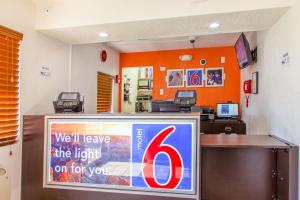Motel 6 Phoenix Airport - 24th Street, Hotels  Phoenix - big - 48