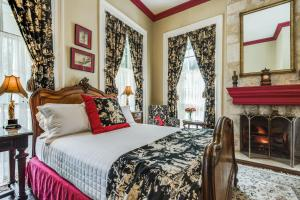 Deluxe Queen Room - Oge House on the Riverwalk