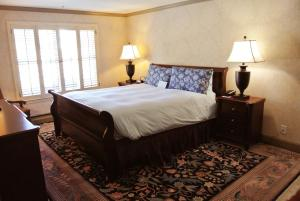 Two-Bedroom Suite with One King Bed and One Queen Bed