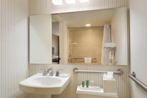 Queen Room with Bath Tub - Hearing Accessible